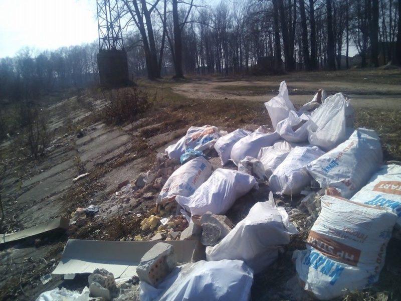 Франківці закидали дамбу Бистриці будівельним сміттям (ФОТО)