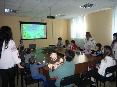 """Студенти провели захід """"Україна — єдина! """" для дітей-переселенців"""