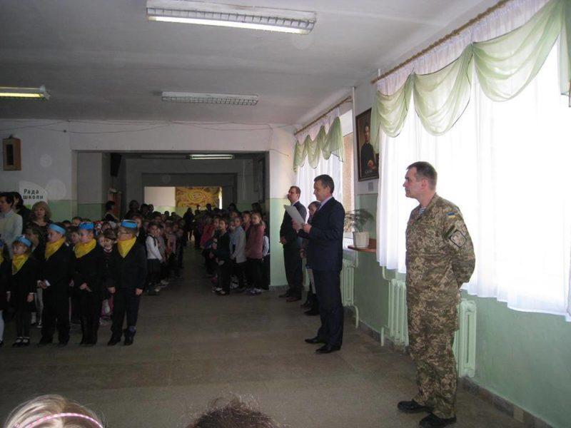 В одній із шкіл Франківська кожного тижня проводять лінійку із молитвою за воїнів АТО