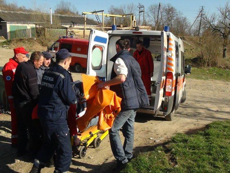 Рятувальники Прикарпаття надали допомогу чоловіку, якого вкусила змія (ФОТО)