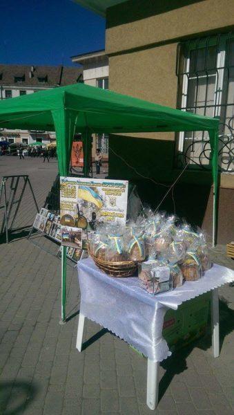 Волонтери Прикарпаття зібрали бійцям понад 6 тисяч гривень продажем Великодніх пасок (ФОТОФАКТ)
