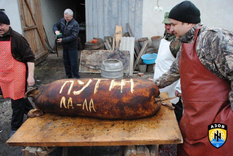 Прикарпатські волонтери передали в зону АТО смачні подарунки із символічним написом про Путіна (ФОТОФАКТ)