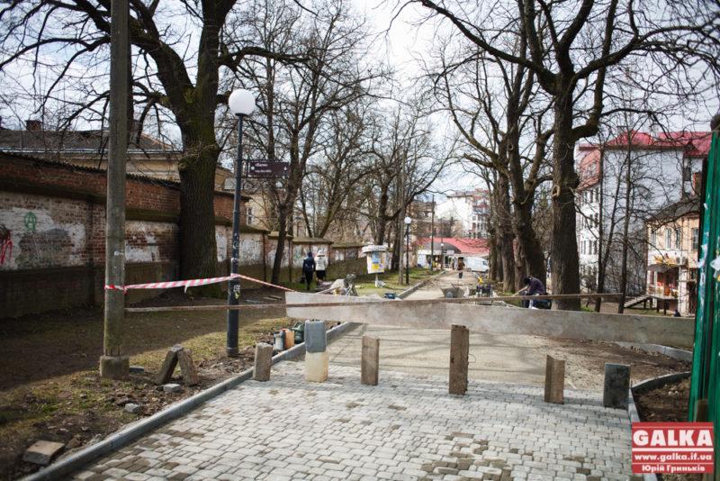 Поблизу Палацу Потоцьких викладають нову бруківку (ФОТО)