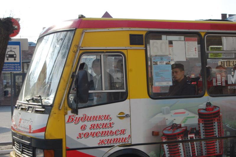 Більшість водіїв івано-франківських маршруток не одягнули вишиванки у Великдень (ФОТО)