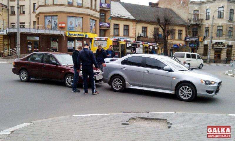 На перехресті в центрі міста ДТП: зіткнулися дві іномарки (ФОТО)