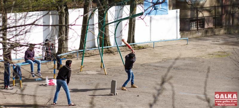Іноземці грають у крикет на шкільному подвір'ї у Франківську (ФОТО)