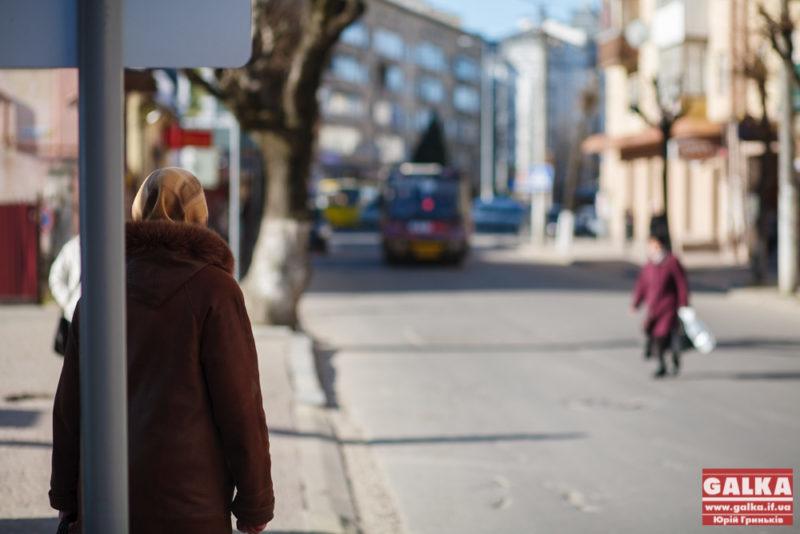 У Франківську на переході маршрутка ледь не збила чоловіка з дитиною і поїхала геть
