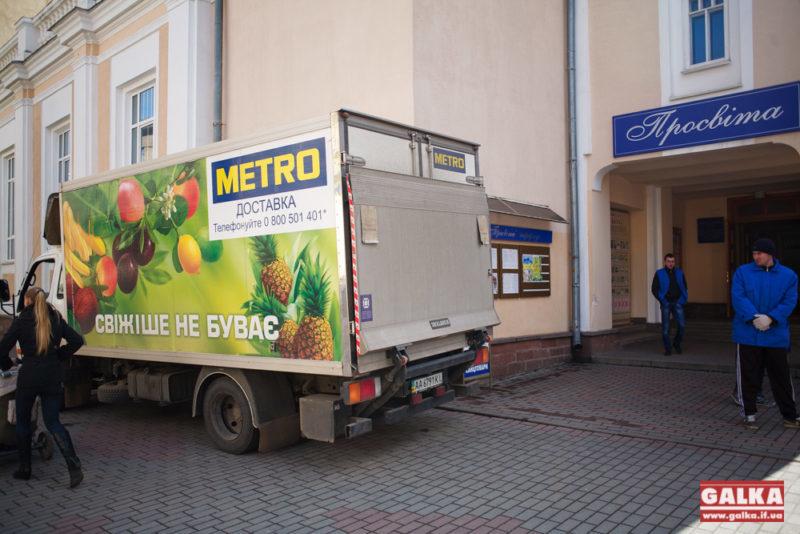 """До """"Просвіти"""" приїхали вантажівки з допомогою для переселенців (ФОТО)"""