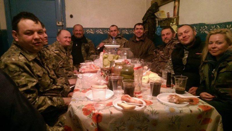 "Волонтери привезли воякам у Волновасі засолене сало, яке ""на вагу золота"" (ФОТО)"