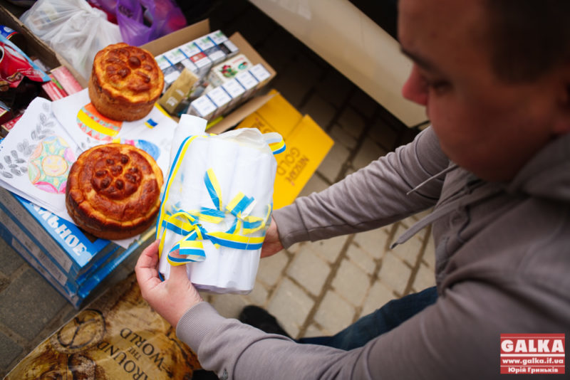 Прикарпатські волонтери повезли на Схід великодні паски (ФОТО)