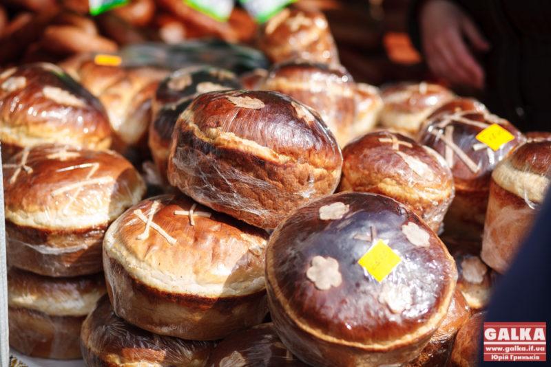 Громада Прикарпаття передала 16 ящиків великодніх смаколиків зі святковими привітаннями (ФОТОФАКТ)