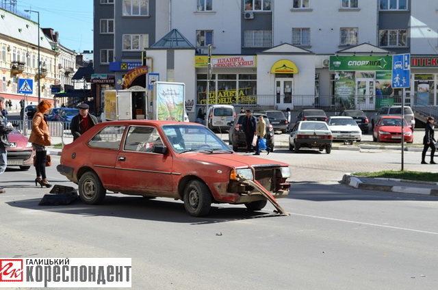 ДТП в центрі міста – від удару стара машина розсипалася (ФОТО)