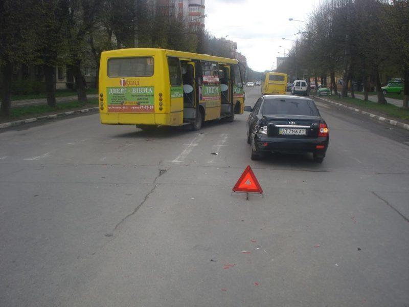 З'явилося фото ДТП за участю франківської маршрутки, в якій постраждав пасажир (ФОТО)