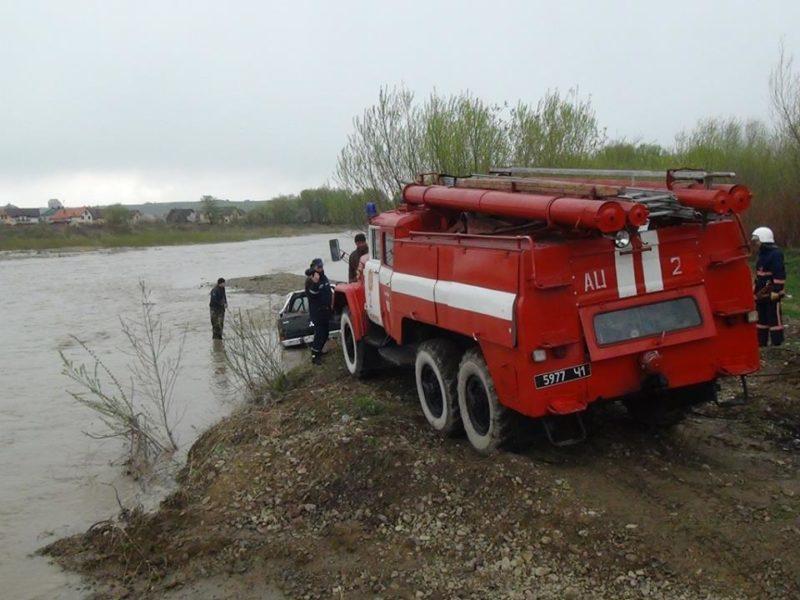 Автомобілі прикарпатських рибалок затягло у річку (ФОТО)