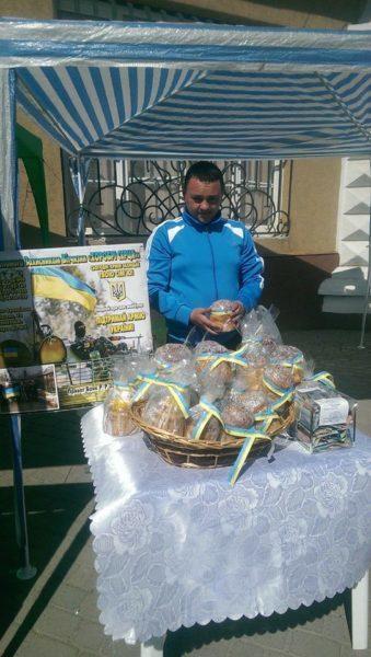 На ярмарку у Франківську волонтери продають паски, аби купити військову форму (ФОТО)