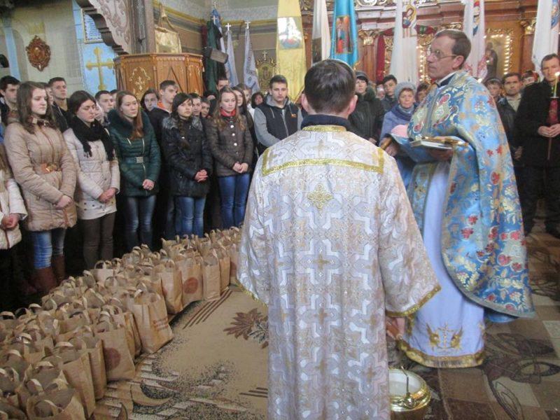 Благодійники Рожнятівщини зібрали й освятили великодні подарунки для бійців (ФОТО)