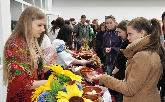 Студенти влаштували благодійний ярмарок для допомоги пораненому бійцю (ФОТО)