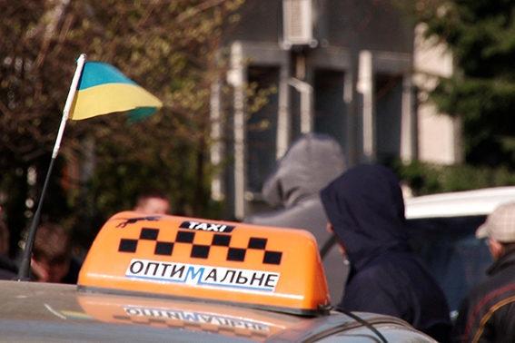 Кабмін дозволив таксі їздити смугами громадського транспорту