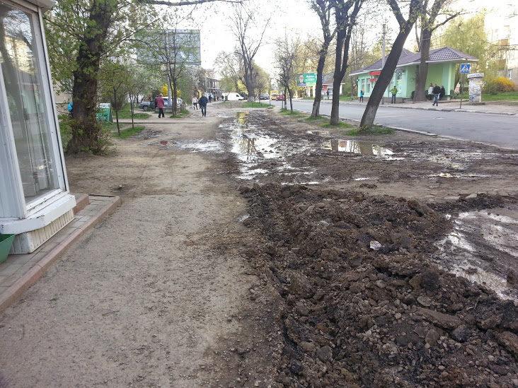 Катастрофічний тротуар поблизу обласної дитячої лікарні почали ремонтувати (ФОТО)