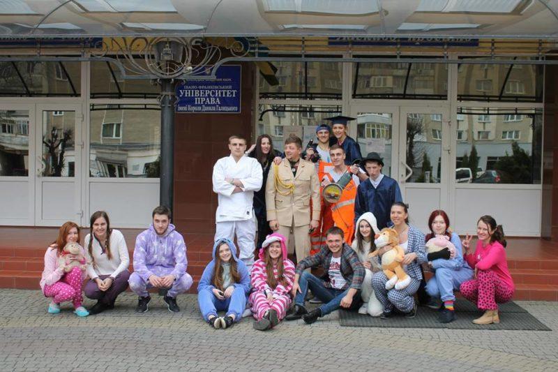 Студенти  прийшли на пари в піжамах та костюмах звірів (ФОТО)