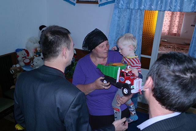 Голова РДА подарував сім'ї загиблого під Іловайськом бійця холодильник