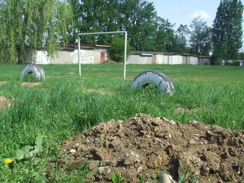 На Прикарпатті активно забудовують територію довкола шкільного спортивного майданчика (ФОТО)
