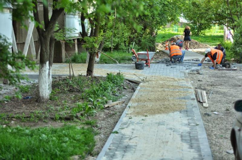 На БАМі завершують облаштування роками розбитих тротуарів (ФОТО)