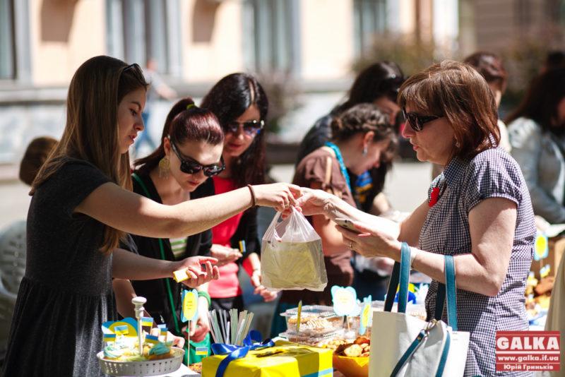 На ярмарці солодкої випічки волонтери зібрали понад 10 тисяч для бійців АТО