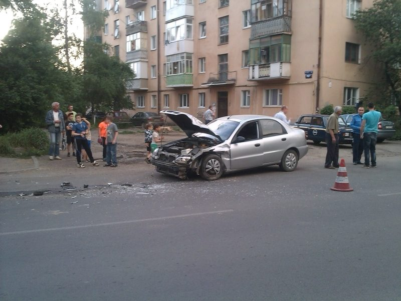 На Довгій зіткнулися дві машини – винуватець ДТП втік з місця пригоди (ФОТО)