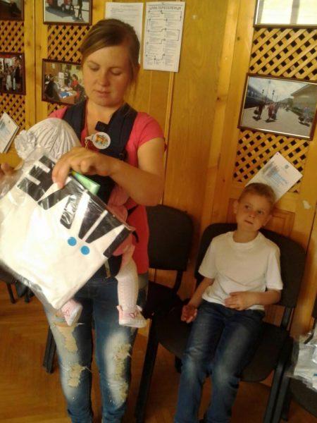 Радість та подяка: волонтерка показала фотографії переселенців, які отримують допомогу у Франківську (ФОТО)