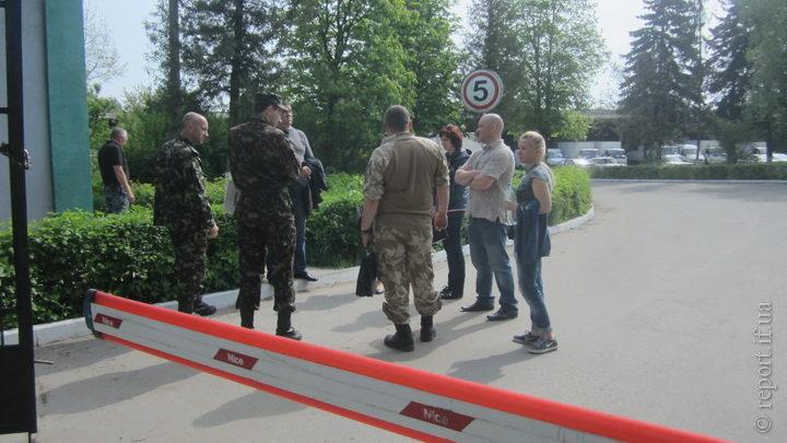 Військові, міліція та активісти прийшли на місцеву фірму, аби вручити повістки (ФОТО)