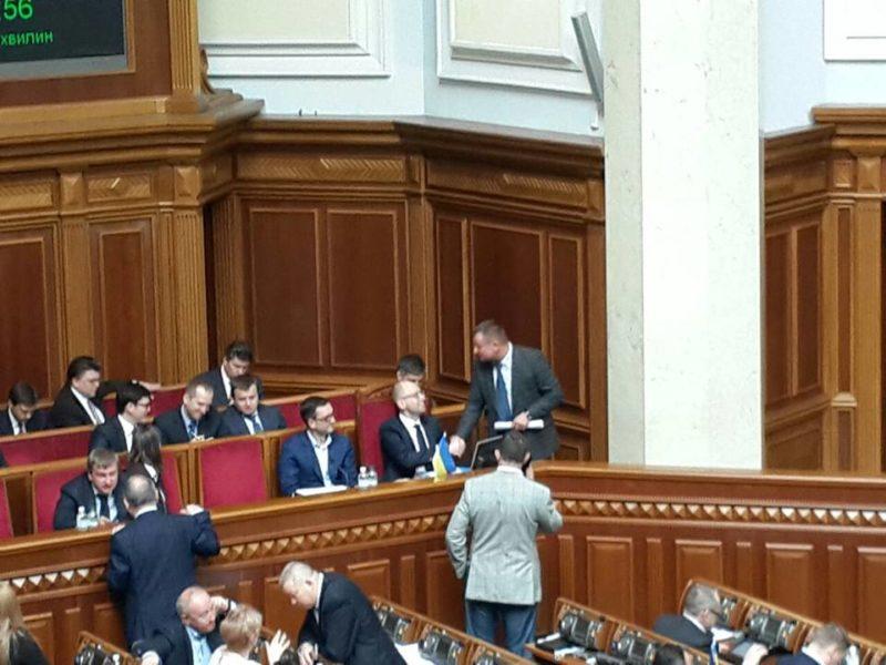 """Нардеп Дирів потиснув руку Яценюку і наче """"вибив"""" гроші на ремонт дороги в Осмолоду"""