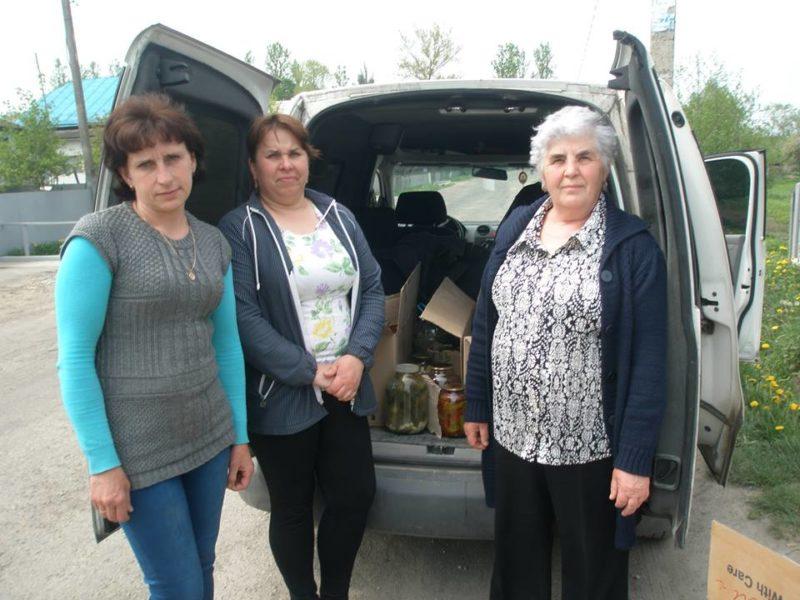Допомога не стихає: волонтери прикарпатського села передали в АТО закрутки (ФОТО)