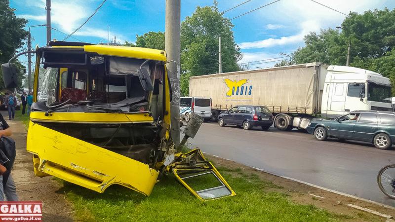 На Пасічній масштабне ДТП вантажівки та автобуса – є травмовані (ФОТО, оновлено)