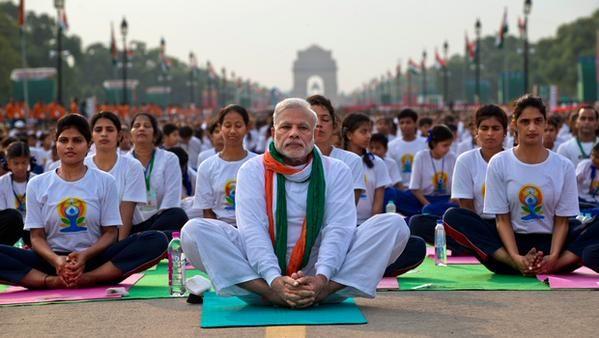 Масова йога-практика до першого Дня йоги в Нью-Делі (ВІДЕО)