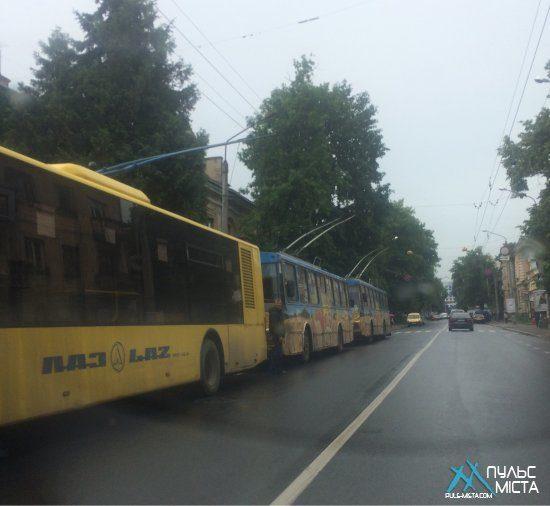 Поблизу вокзалу ДТП, десятки тролейбусів зупинилися (ФОТО)