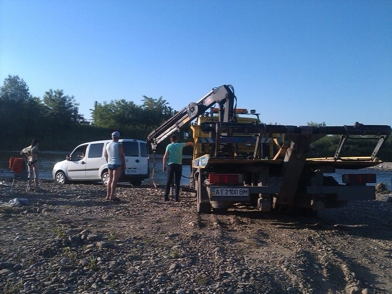 Миття машини в Бистриці для франківця завершилося викликом евакуатора (ВІДЕО)