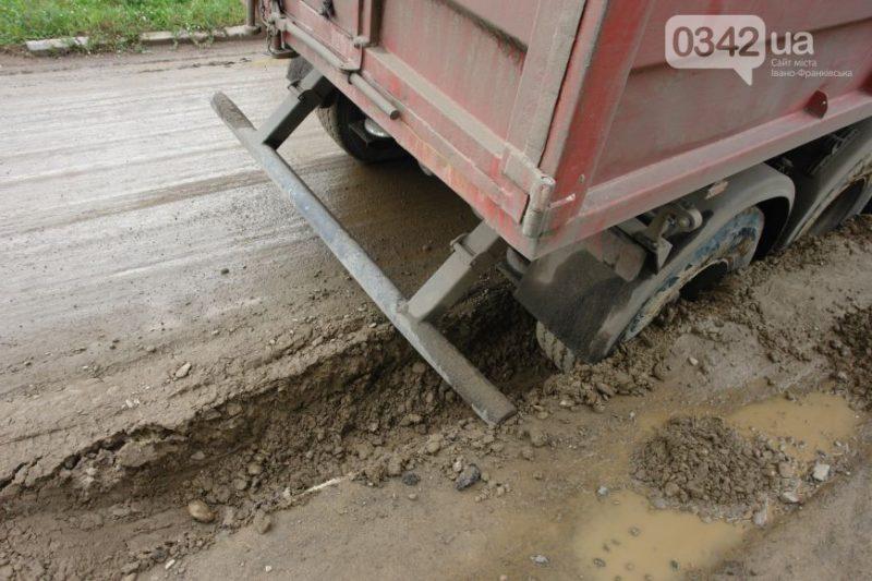 У Франківську вантажівка провалилася у яму (ФОТО+ВІДЕО)