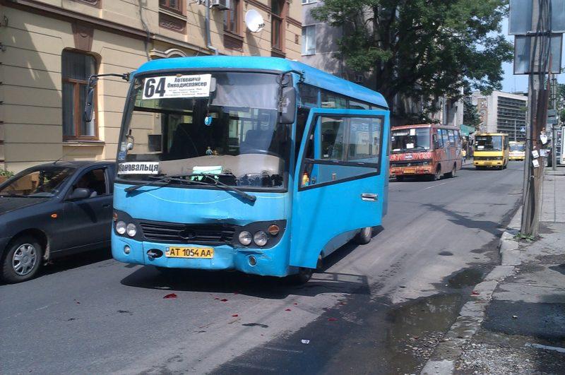 У центрі міста трапилося ДТП за участю маршрутки та елітної іномарки (ФОТО+ВІДЕО)