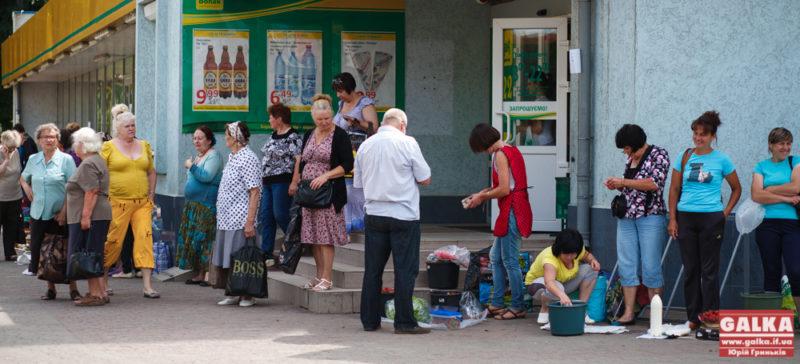 «Дайте жінці поторгувати»: «Галка» ходила в рейд по незаконній торгівлі поблизу вокзалу (ФОТО)