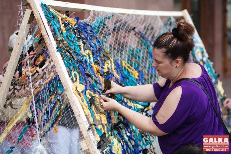 Переселенці у Франківську плетуть маскувальні сітки (ФОТО)
