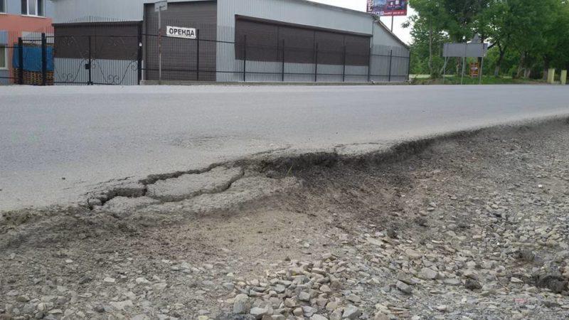 Франківці зафіксували, як сипляться краї дороги на Набережній (ФОТО)