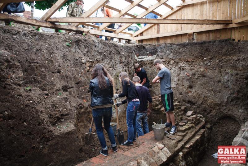 У пошуках коріння Станиславова: поблизу Палацу Потоцьких відновили археологічні розкопки (ФОТО)