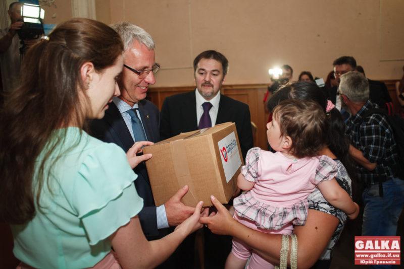 Двадцять сімей переселенців у Франківську отримали гуманітарну допомогу від Угорщини (ФОТО)