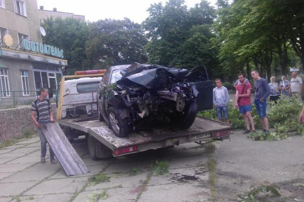 Правоохоронці і чиновники з'ясовують, чому у службовій машині розбилося п'ятеро молодих калушан (ВІДЕО)