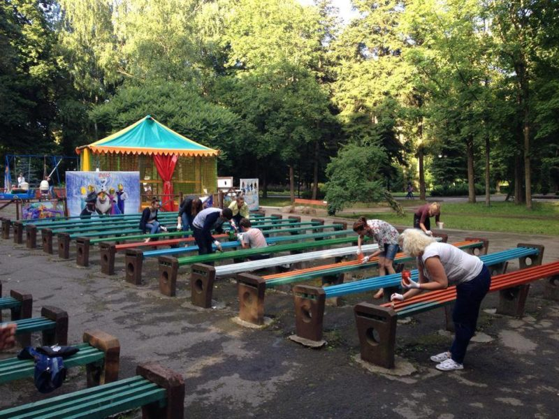 Волонтери розфарбували лавки у міському парку (ФОТО)