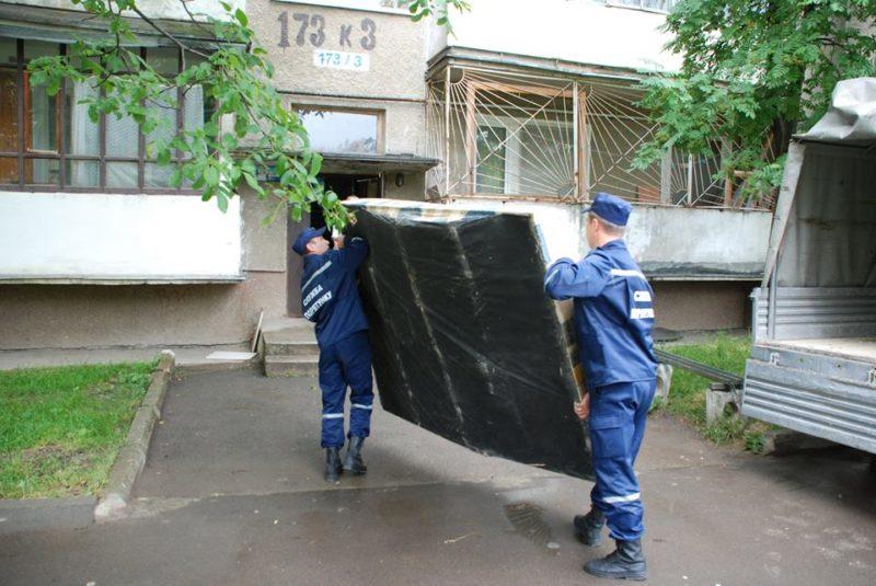 Франківські рятувальники допомогли переселенцям носити меблі