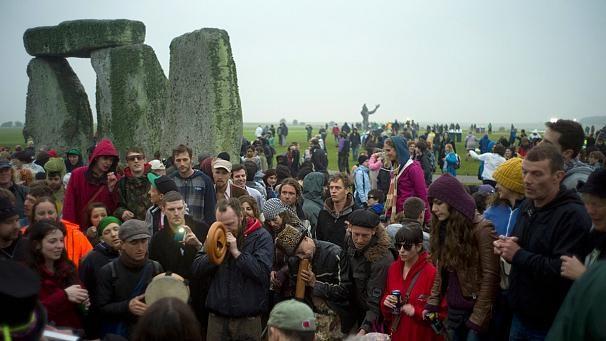 Тисячі людей відзначили день літнього сонцестояння у Стоунхенджі (ВІДЕО)