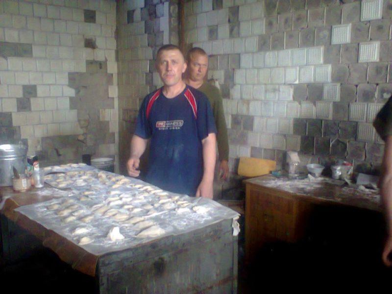 Бійці в зоні АТО ліплять вареники з продуктів, які передали прикарпатські волонтери (ФОТО)