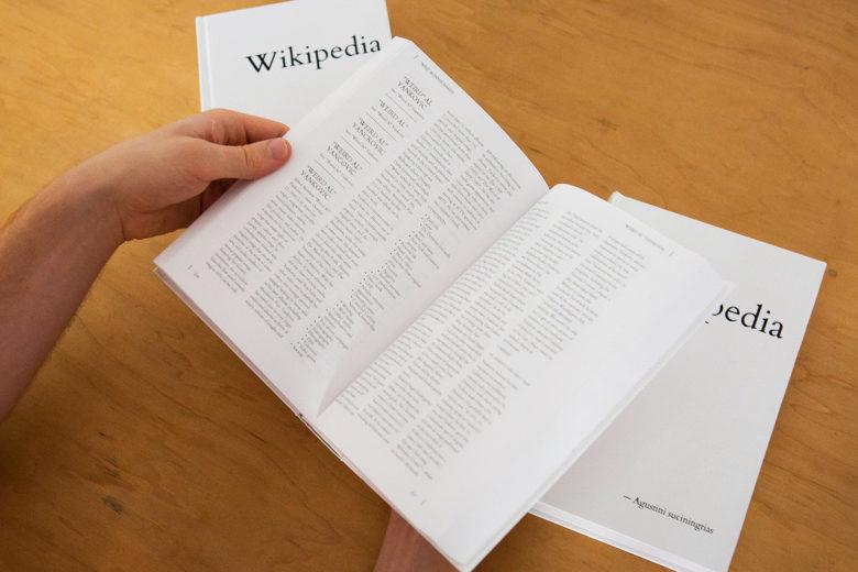 Художник роздрукував усі статті англомовної «Вікіпедії»  у 7600 томах (ФОТОФАКТ)